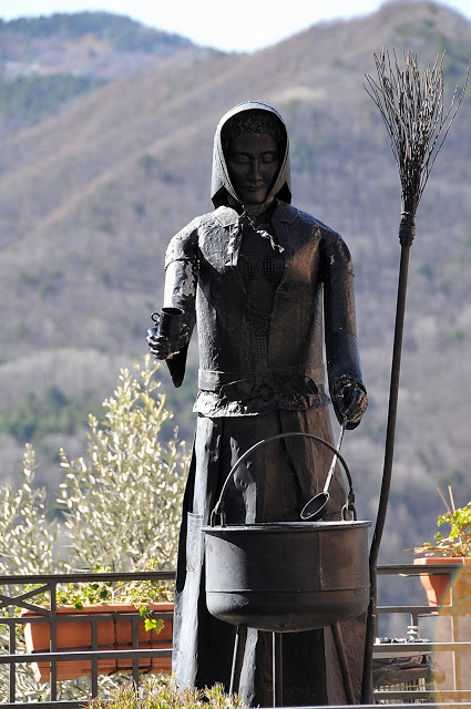Strega Triora statua